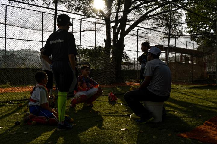 La camaradería entre entrenadores-jugadores entre ejercicios.