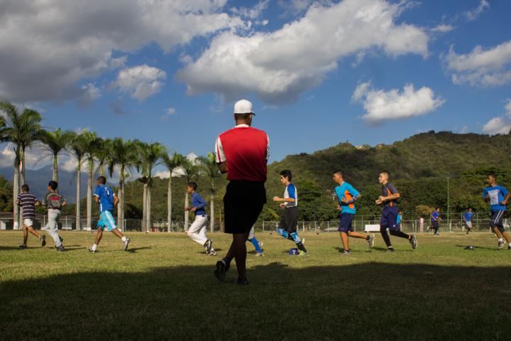 El entrenador Francisco Zabala supervisa el trote.
