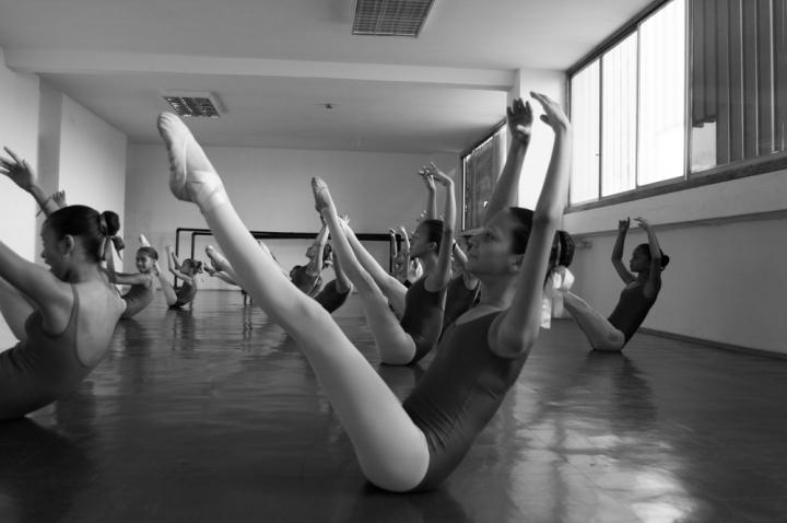 Alumnas del primer al tercer año en clases de piso o elasticidad.